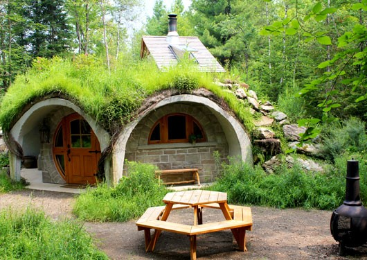 Hobbit Cabin in Quebec (Eastern Townships) with fire pit and picnic table in front
